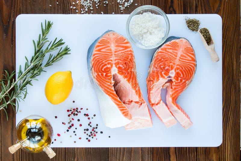 Deux biftecks des saumons photographie stock libre de droits