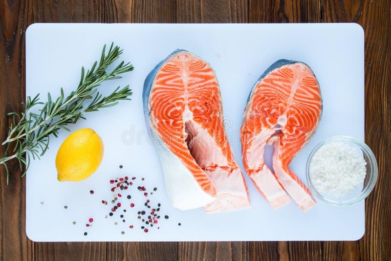 Deux biftecks des saumons images libres de droits