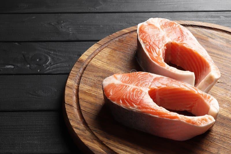Deux biftecks saumonés crus frais photos libres de droits