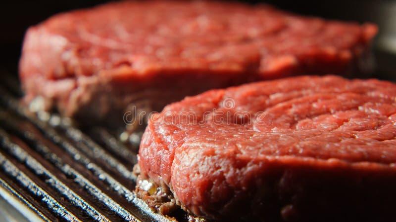 Deux bifteks frais sur un gril image libre de droits