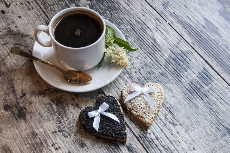 Deux biscuits les épousant avec le sésame blanc sur la vieille table. images stock