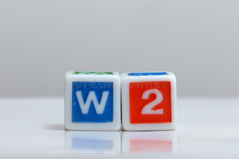 Deux blocs avec les lettres types W2 photographie stock