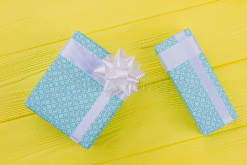 Deux boîte-cadeau colorés sur le fond jaune images libres de droits