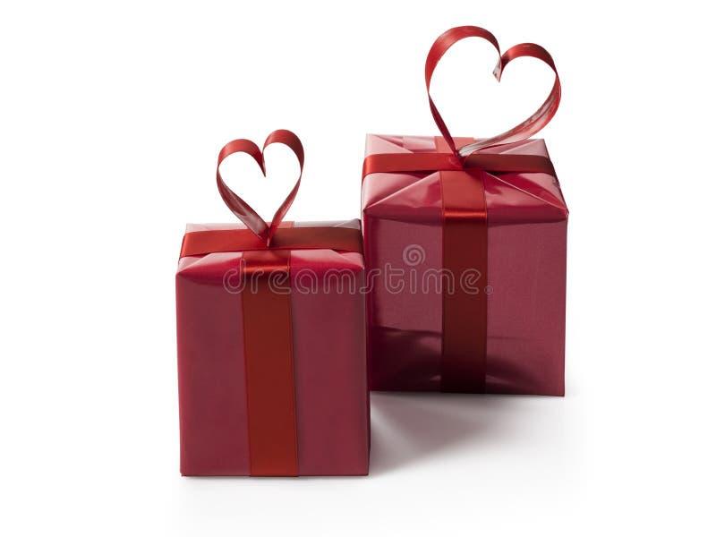 Deux boîte-cadeau rouges avec le cerf rouge ont formé l'arc de ruban image stock