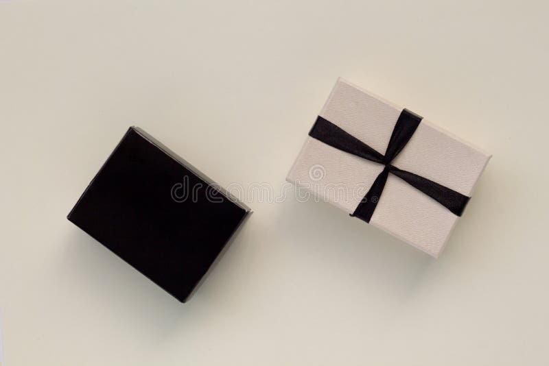 Deux boîtes avec le ruban et l'arc d'isolement sur la vue supérieure de fond blanc photo libre de droits