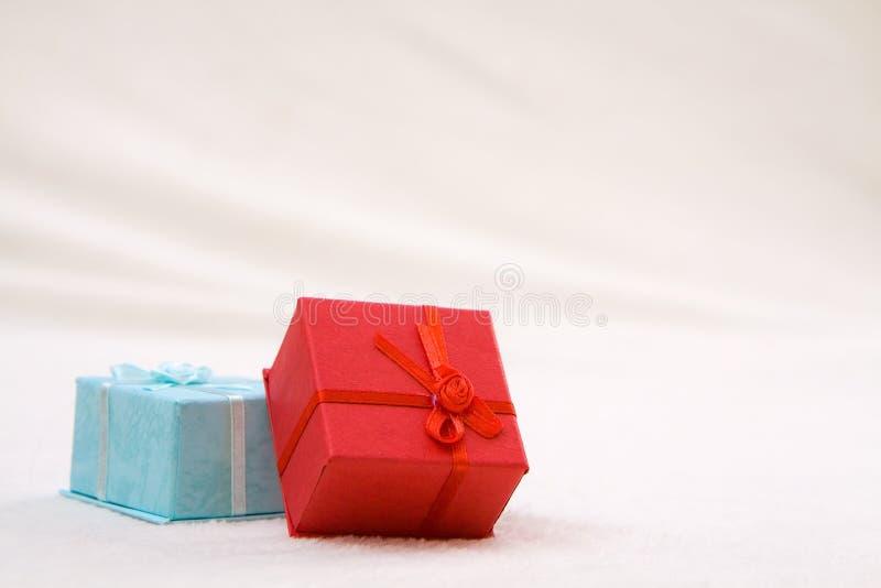 Deux boîtes-cadeau colorées images libres de droits
