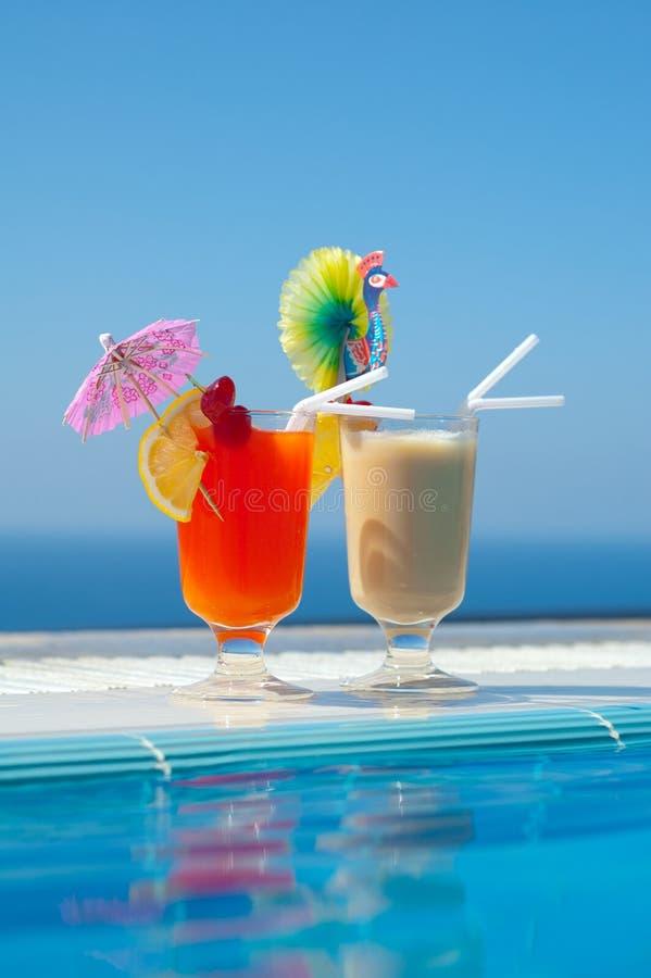 Deux bocals des cocktails froids sur un regroupement photos stock