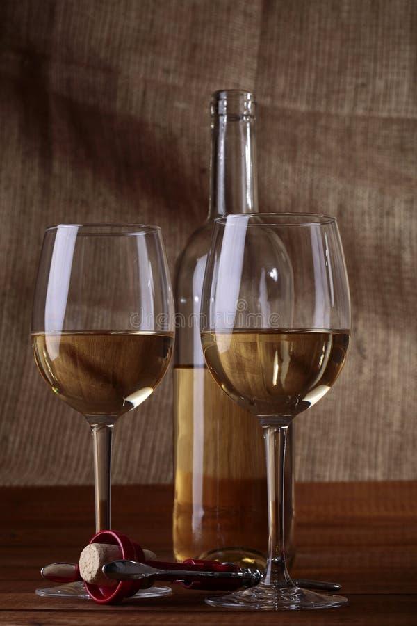 Deux bocals et bouteilles de vin blanc photos stock