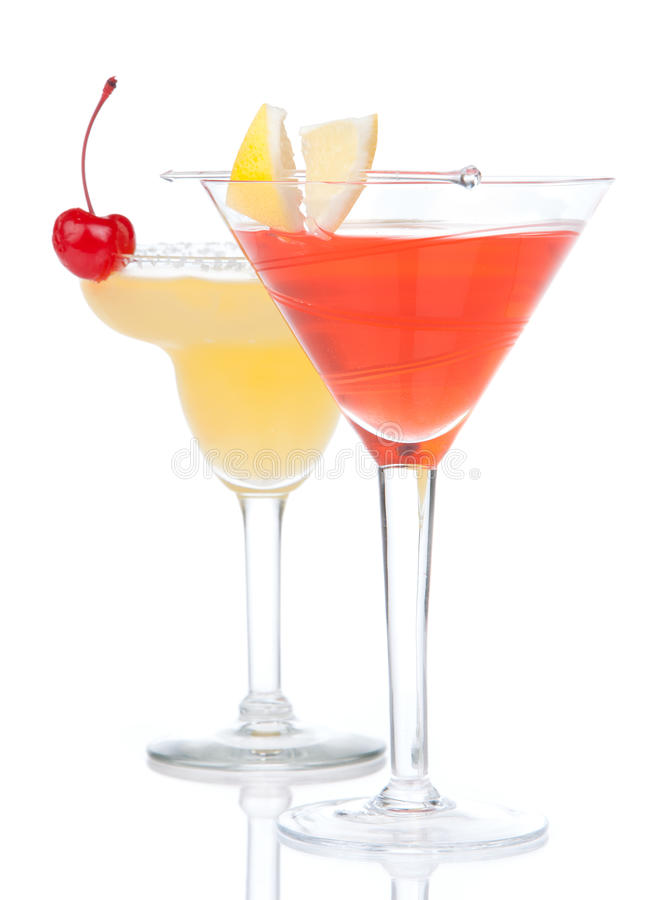 Deux boissons de cocktail jaunissent la cerise de margarita et le Martini tropical photographie stock