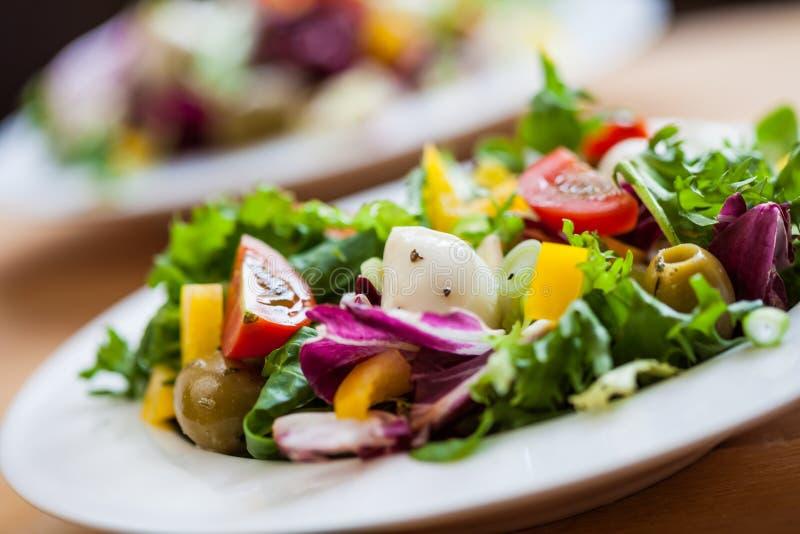 Deux bols de salade délicieux fraîche avec du mozzarella image stock