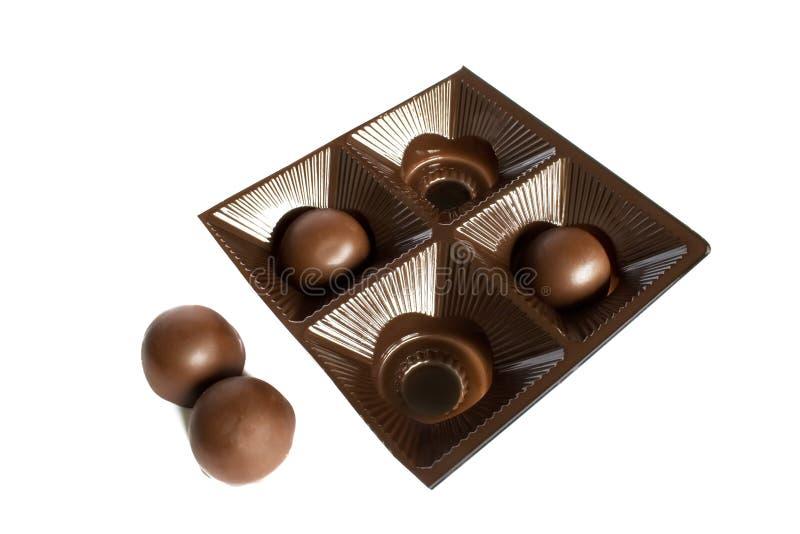 Deux bonbons au chocolat ronds dans le paquet et deux le long photographie stock
