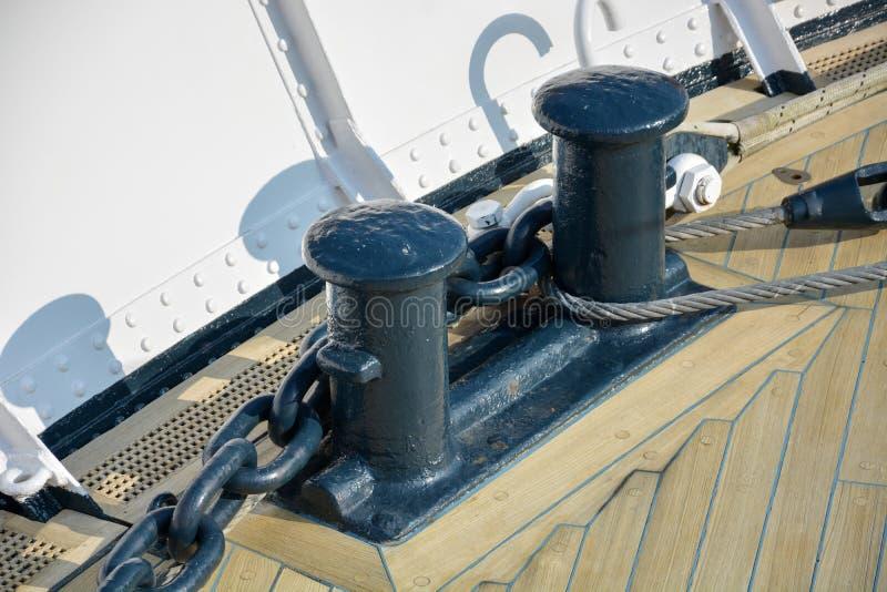 Deux bornes noires sur une plate-forme en bois sur un bateau photos libres de droits