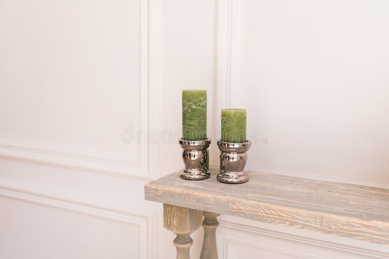 Deux bougies épaisses vertes dans un chandelier argenté photos libres de droits