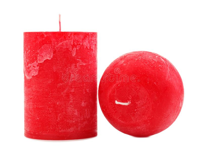 Deux bougies rouges de cire de différent de diamètre et la forme d'isolement sur le fond blanc photographie stock