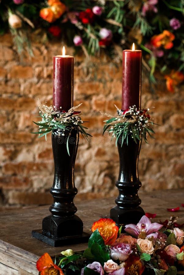 Deux bougies rouges sur une table en bois photo stock