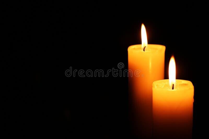 Deux bougies se sont allumées juste image libre de droits