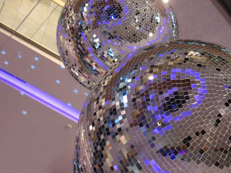 Deux boules brillantes de disco d'intérieur illustration stock