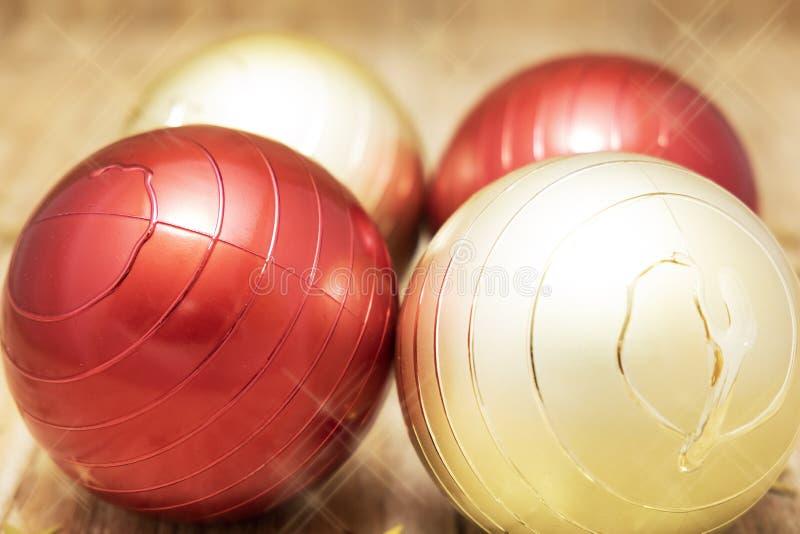 Deux boules rouges à côté de deux boules d'or pour des décorations de Noël photos libres de droits