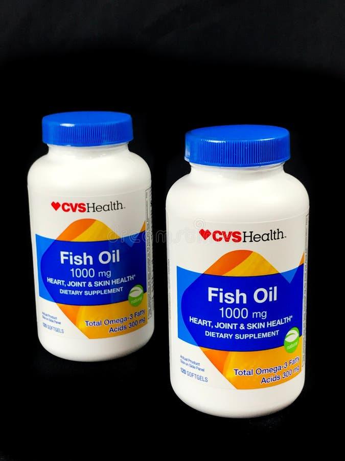 Deux bouteilles de supplément diététique d'huile de poisson de santé de CVS image libre de droits