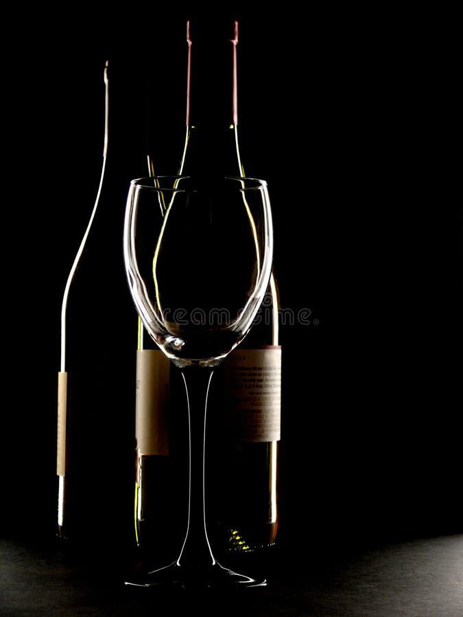 Deux bouteilles de vin et d'un contour en verre images libres de droits