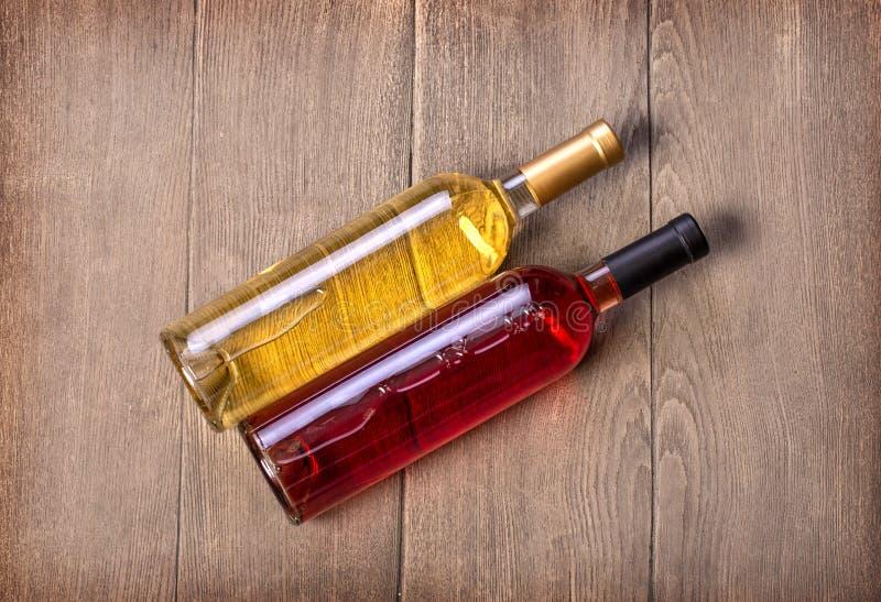 Deux bouteilles de vin sur la table en bois photo libre de droits