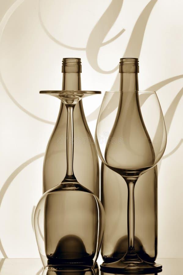 Deux bouteilles et glaces de vin images stock