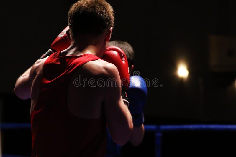 Deux boxeurs en anneau pendant une concurrence de boxe photo libre de droits