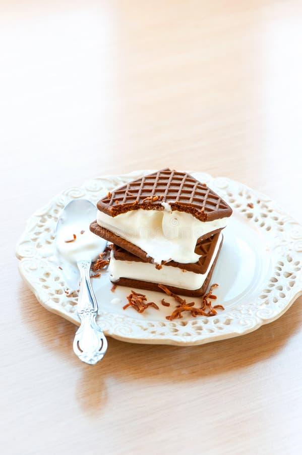 Deux bruns et sandwichs blancs à glace Chocolat avec la vanille image libre de droits