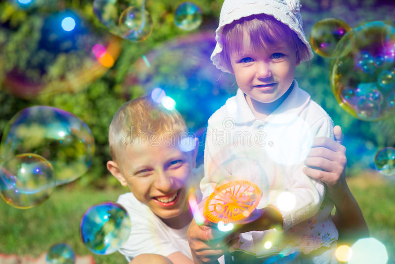 Download Deux Bulles De Coup D'enfants Photo stock - Image du garçon, bonheur: 77157044