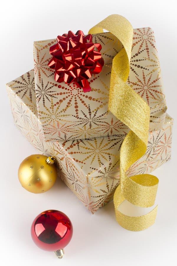 Deux cadeaux de Noël, ampoule de Noël deux photo stock
