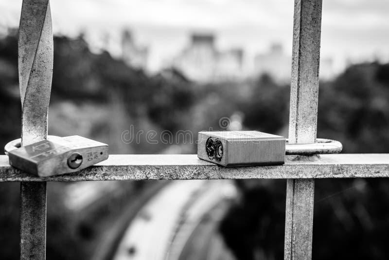 Deux cadenas donnent sur l'autoroute image stock