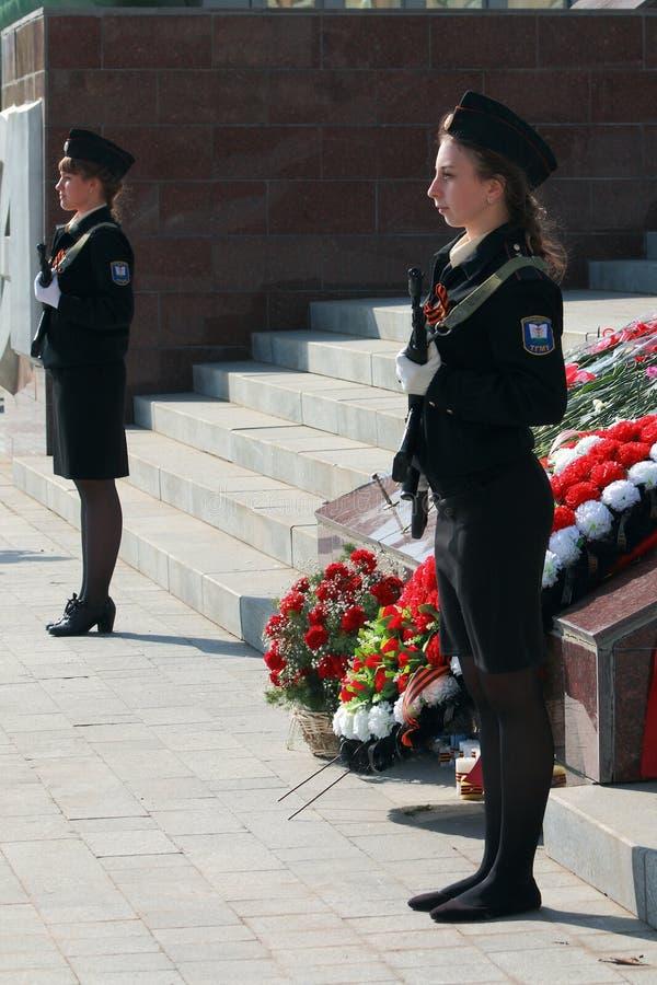 Deux cadets de filles avec des armes photo libre de droits