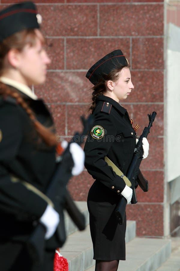 Deux cadets de filles avec des armes photos libres de droits
