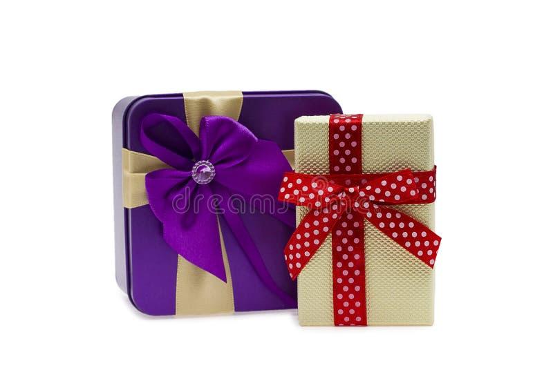Deux cadres de cadeau colorés avec la bande et la proue D'isolement sur le blanc image libre de droits