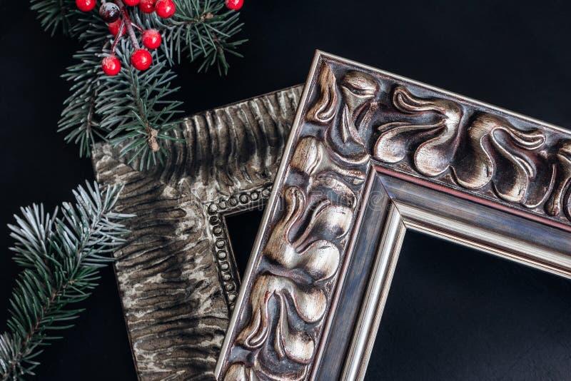 Deux cadres de tableau en bois sur le fond noir Décor de Noël photographie stock