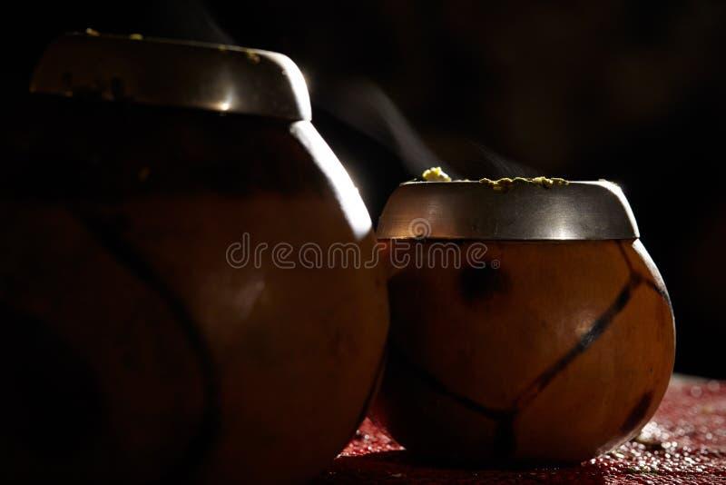 Deux calebasses de compagnon de yerba avec de la fumée. image libre de droits