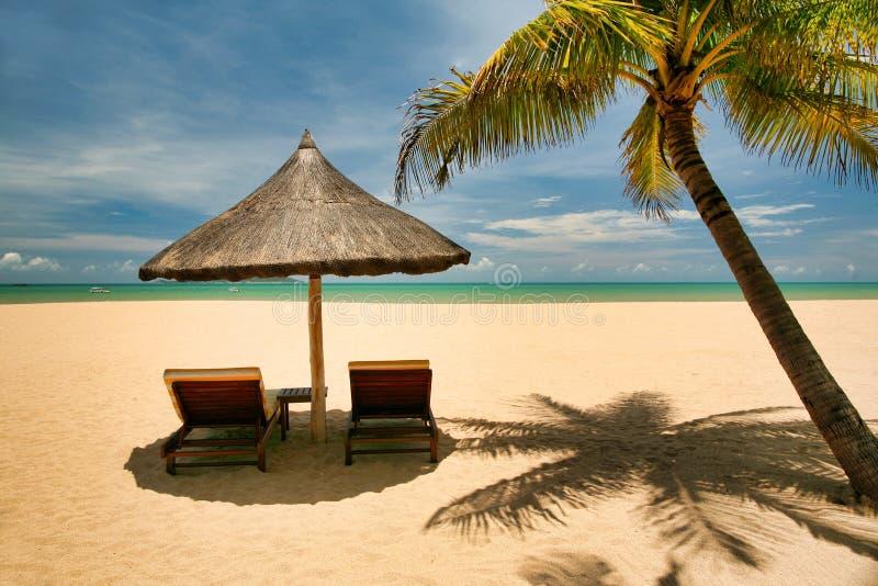 Deux canapés isolés sur la plage abandonnée de l'île de Hainan photographie stock