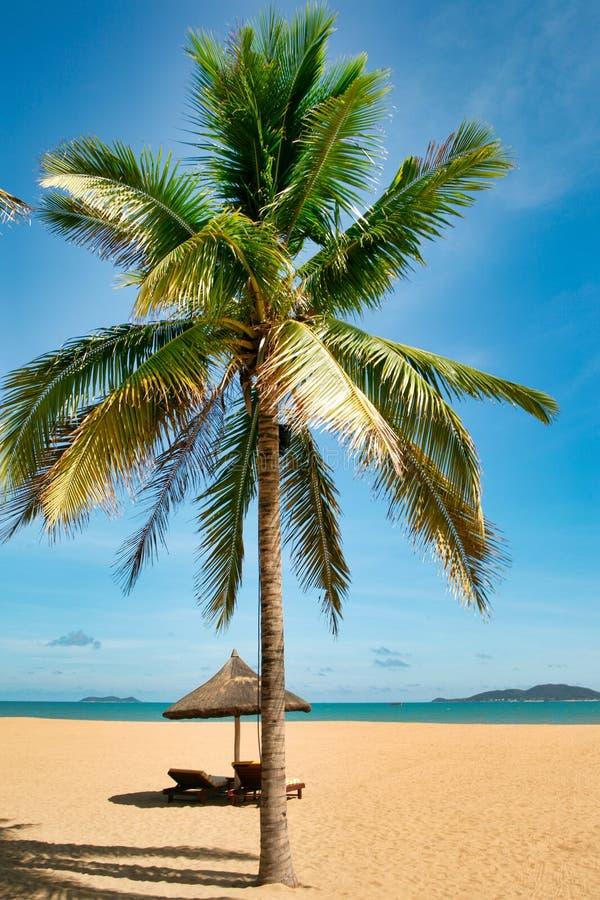 Deux canapés isolés sur la plage abandonnée de l'île de Hainan photos stock