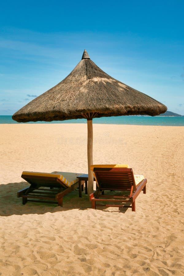 Deux canapés isolés sur la plage abandonnée de l'île de Hainan photo stock
