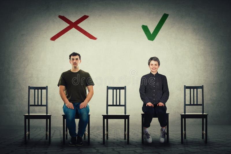Deux candidats de personnes pour un endroit du travail vide attendant pour être loué Un est accepté et un autre est rejeté photographie stock libre de droits