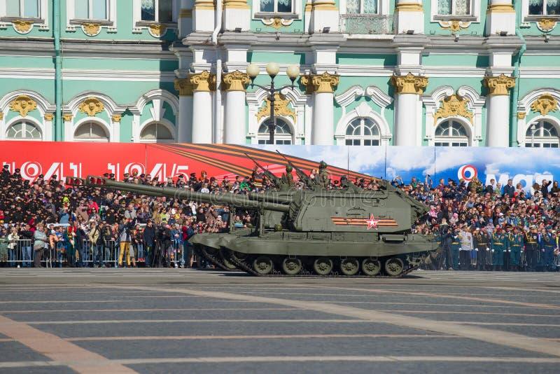 Deux canons autopropulsés Msta-S d'artillerie sur une répétition générale d'un défilé militaire photographie stock