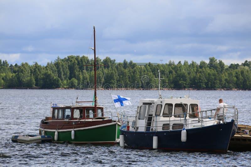 Deux canots automobiles finlandais de plaisir dans le secteur de l'eau du ‹d'†de ‹d'†le port de Kotka photographie stock libre de droits