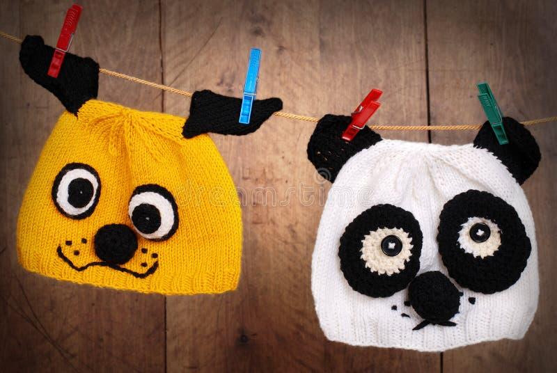 Deux capuchons de tricotage sur la corde de toile photographie stock libre de droits
