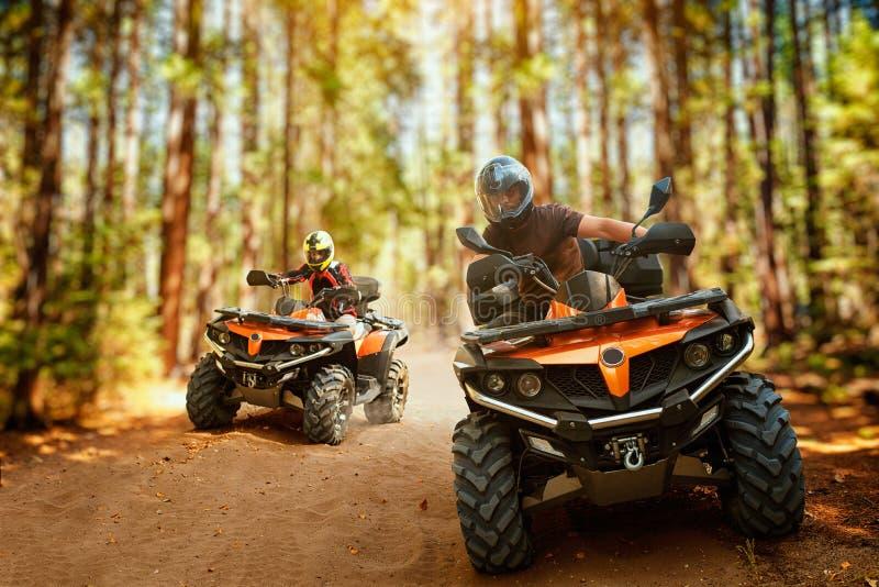 Deux cavaliers d'atv, course de vitesse dans la forêt, vue de face photos libres de droits