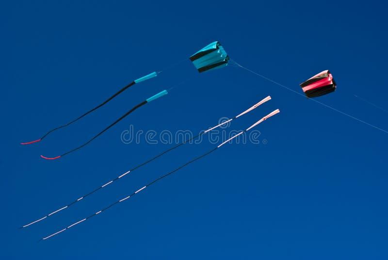 Deux cerfs-volants volant haut (garçon et fille) photographie stock