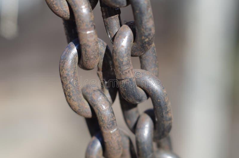 Deux chaînes rusrty tendues en gros plan image libre de droits