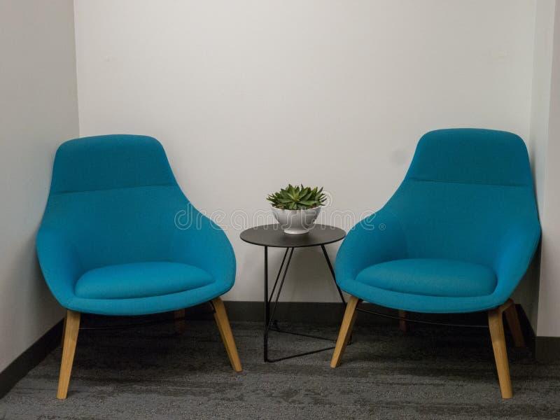 Deux chaises dans le recoin faisant le coin du bureau image stock