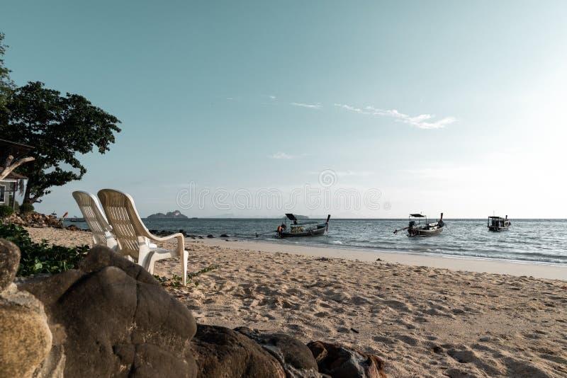Deux chaises de plage gratuites sur le littoral de l'île de phi de phi, thaila images stock
