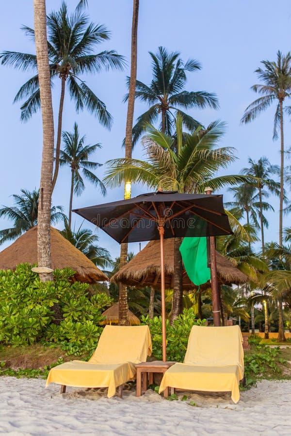 Deux chaises longues avec le parapluie de soleil sur une plage photo libre de droits