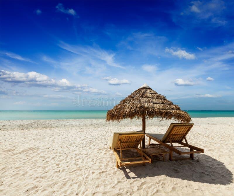 Deux chaises longues de plage sous la tente photo stock